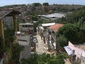 Falta constante de água causa problemas a moradores de alguns bairros de Salvador - Para lavar roupa, fazer comida e até tomar banho, muita gente precisa acrodar de madrugada para armazenar o pouco da água que cai durante a noite.