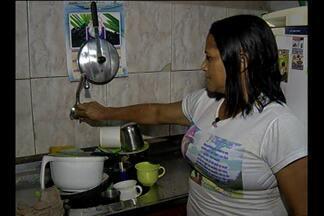 Em Belém, moradores estão sem água desde limpeza de canal - Retroescavadeira da prefeitura teria atingido tubulação.
