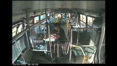 Número de assaltos a ônibus em Fortaleza dobra em 2012 - São 45 crimes em ônibus por mês.