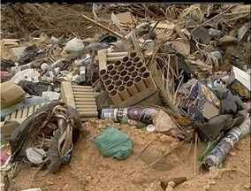 Lixão clandestino continua a funcionar em São Pedro da Aldeia, RJ - Equipe de reportagem da InterTV mostrou o problema em outubro de 2012.Segundo a Prefeitura, semana que vem o local será aterrado.