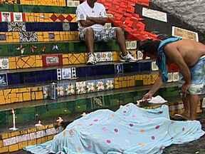 Polícia investiga morte do artista plástico chileno Jorge Selarón - O artista ficou conhecido por instalar os azulejos coloridos na escadaria da Lapa e transformar o local num ponto turístico. A polícia investiga se Jorge Selarón cometeu suicídio ou se foi vítima de um assassinato.