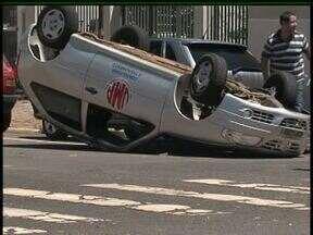 Carro capota em acidente na região central de Guarapuava - O acidente foi na esquina das Ruas Comendador Norberto e Vicente Machado. Apesar do impacto ninguém se feriu.