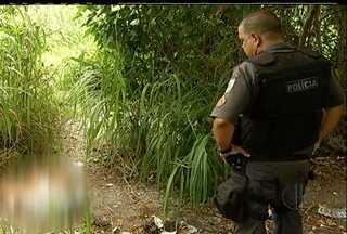 Corpo de mulher é encontrado esquartejado em São Pedro da Aldeia - A polícia fez buscas no local, mas não localizou outras partes do corpo.Moradores informaram que o lugar é frequentado por usuários de drogas.