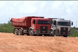 Caçamba é apreendida por jogar lixo de forma irregular na Vila Maranhão - Apreensão aconteceu nesta quinta (10). A construtora responsável não quis se manifestar sobre o assunto.