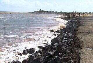Pedras são colocadas para conter avanço do mar em Pirambu, SE - Foram colocadas 200 caçambas carregadas com pedras devem ser utilizadas para conter a força do mar