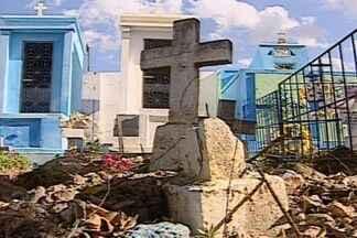 Moradores da cidade de Aroeiras, na PB sofrem para enterrar parentes - Na cidade de Aroeiras moradores tem dificuldades ao enterrar seus parentes, pois só a dois cemitérios na cidade, um está fechado há 4 anos e outro está com problemas de superlotação.