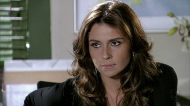 Helô fica intrigada com Lívia - A vilã é pressionada pela delegada