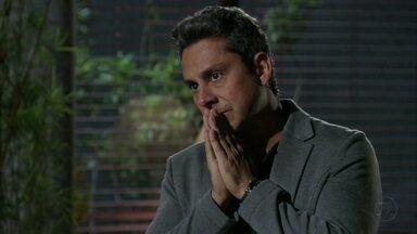 Stenio tenta convencer Helô a esquecer a história da adoção de Aisha - Ele acredita que a ex-mulher pode acabar com o casamento de Berna e Mustafa. Helô fica intrigada ao saber que Jéssica e Morena tentaram falar com ela
