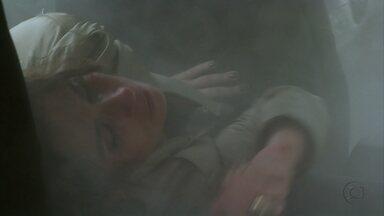 Salve Jorge - Capítulo de segunda-feira, dia 14/01/2013, na íntegra - Waleska percebe quando Rosângela a entrega para Irina. Russo descobre que Morena e Jéssica foram à casa de Helô. Théo faz a ronda no Alemão, mas Morena não deixa Junior se aproximar com medo de que Russo saiba quem é o ex dela. Helô sofre um atentado