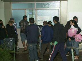 Pacientes não conseguem atendimento no Hospital São Vicente - Os pacientes esperam do lado de fora, ao relento, para marcar uma consulta com 24 horas de antecedência no Hospital São Vicente. Ao entrar no hospital, eles não conseguem falar com nenhum médico ou funcionário.