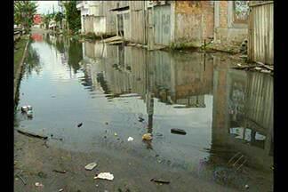 Passagem no bairro do Marco, em Belém, está alagada há 3 meses - Moradores da passagem José Leal Martins têm dificuldades para sair de casa.