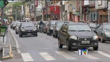 Buraco em avenida complica o trânsito em Jacareí (SP) - Os motoristas que passam pelo centro de Jacareí (SP) estão enfrentando um teste de paciência. É que o trânsito da cidade passou por mudanças devido a um buraco numa das principais avenidas.