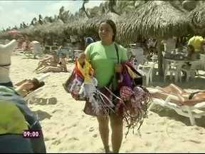 Traje obrigatório do verão, o biquíni faz sucesso no comércio de praia - A ambulante Delane Figueiredo chega a vender 100 peças por dia