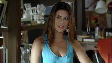 Márcia afirma que Érica é manipulada por Áurea - Áurea não conta para a tenente que Théo está em casa com Morena. Márcia aconselha Érica a não atender as ligações de Áurea