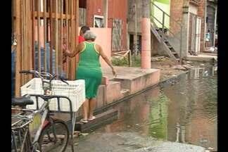População teme transmissão de doenças com alagamentos na passagem Santa Helena, no Guamá - Moradores fala de possibilidade de focos de dengue com água parada há dias.
