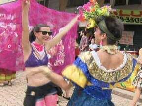 Primeiro bloco feminista desfila pelas ruas do DF - No domingo (20), o primeiro bloco feminista do DF saiu às ruas. E em ritmo de samba, chamou a atenção para um tema delicado: a violência contra as mulheres.
