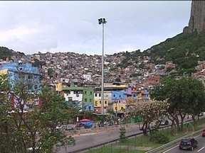 Favela da Rocinha tem madrugada com tiroteio - Segundo a polícia, dois bandidos armados reagiram a aproximação dos PMs, que faziam patrulhamento na parte alta do morro. Durante o confronto um criminoso morreu. Com ele foram apreendidos um fuzil, uma pistola, muita munição e até uma granada.