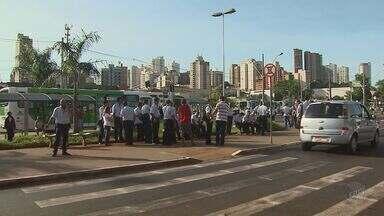 Parte dos ônibus de Ribeirão Preto, SP, paralisa atividades - Motoristas de circulares exigem local adequado para intervalo de descanso. Sindicato marcou reunião para pedir normalização dos serviços.