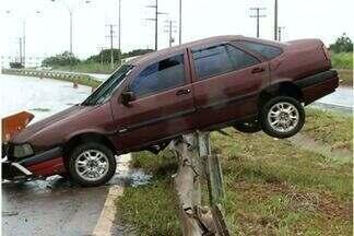 Carro derrapa na pista e fica preso à grade de proteção em rodovia de Goiás - O JA começa com um flagrante na BR-153. Um carro ficou pendurado na grade de proteção depois de derrapar na pista.