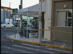 Homem morre após bater moto em restaurante de Novo Horizonte, SP - Um homem de 25 anos morreu e uma jovem de 17 anos ficou ferida em um acidente na noite deste domingo (20), no centro de Novo Horizonte (SP). De acordo com a Polícia Militar, ao acelerar a moto de alta cilindrada, o homem perdeu o controle.
