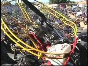 Linha de pipa com cerol fere motociclista em Araçatuba, SP - Um motociclista ficou ferido depois de ser atingido por uma linha de pipa com cerol neste domingo em Araçatuba (SP). A vítima contou à polícia que sentiu a linha enroscada no pescoço e parou a moto.