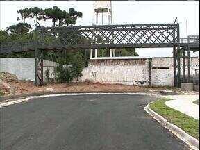 Passarela sobre rua sem saída revolta morador - O telespectador enviou sugestão de reportagem ao ParanáTV
