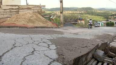 Moradores de Ribeirão das Neves fazem mutirão para tapar buracos em rua - Eles se cansaram de esperar por providência da prefeitura. O problema foi mostrado pelo MGTV no dia 17 de janeiro deste ano.