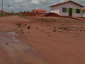 Moradores da Zona Sul reclamam do calçamento que está se soltando e criando buracos - Calçamento foi feito recentemente, mas está se desmanchando.