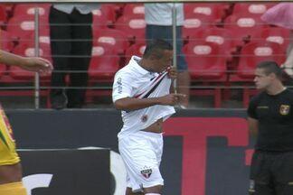 Com caneleira especial, Luis Fabiano dá vitória ao São Paulo e se diz 'novo homem' em 2013 - Atacante marcou o primeiro gol do Paulistão e garante controlar os nervos nesta temporada.
