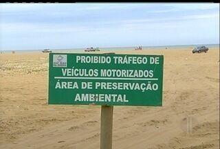 Carros seguem circulando na areia da praia de São João da Barra, RJ - Prática ilegal tornou-se comum na Praia de Grussaí. A equipe da Intertv esteve no local por 2 h e não viu nenhuma fiscalização.