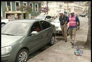 Motoristas que não pagam o ticket do estacionamento rotativo em Friburgo são multados - Os carros podem ser rebocados.