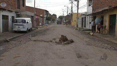 Buraco no meio de uma rua irrita moradores no Bairro Bom Jardim - Carros quebram, motoqueiros se acidentam e pedestres precisam ter cuidado.
