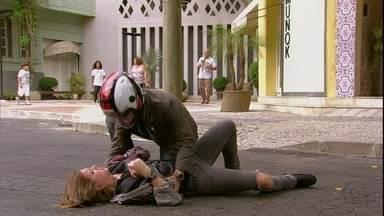 Lia se envolve em acidente com Vitor - A garota sai de casa determinada a falar com Valentina, mas acaba sendo atingida pela moto de Vitor. Nando liga para Lorenzo