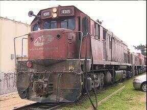 Acidente com trem e ônibus deixou dois feridos em Curitiba - O ônibus estava parado sobre a linha do trem.