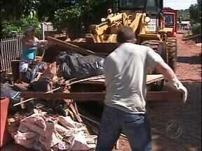 Mais um mutirão recolhe o lixo ás margens do rio Boicy, em Foz do Iguaçu - Máquinas e caminhões passaram o dia coletando o lixo que foi amontoado em pontos estratégicas do Jardim Icaraí.