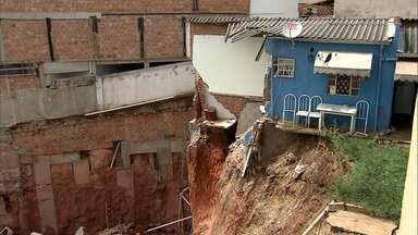 Após desabamento de casa, imóveis são interditados na Região Leste de BH - Obra nas imediações teria favorecido acidente