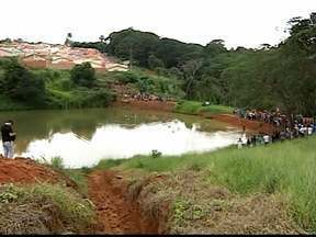 Adolescente de 15 anos morre afogado em Patos de Minas, MG - O jovem nadava em uma represa no Bairro Sorriso Dois, nesta segunda-feira (21). Corpo foi encontrado três horas depois.