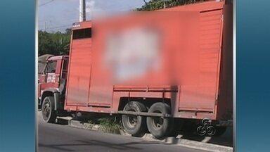 Caminhão bate em carro e invade canteiro de avenida em Manaus - O condutor de um caminhão carregado com bebidas perdeu o controle da direção e colidiu contra um carro na manhã desta segunda-feira (21). O veículo invadiu o canteiro central da via.