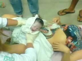 Mulher dá a luz no chão de uma maternidade no Alagoas - Imagem mostra o parto feito às pressas no chão da maternidade. Profissionais da saúde e pacientes reclamam da superlotação na principal maternidade do Alagoas.