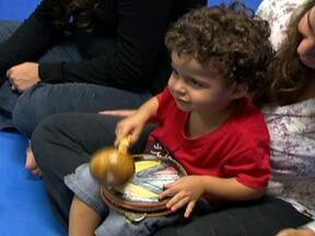 Escola oferece aula de música para bebês e crianças no Sudoeste - No Sudoeste, uma escola oferece aula de música para bebês e crianças de até seis anos. Os alunos aprendem a se desenvolver pela atividade lúdica.