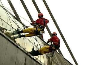 Alpinistas profissionais ajudam na limpeza da estação de Metrô Santo Amaro - Um grupo de alpinistas profissionais foi chamado para ajudar na limpeza da estação de Metrô Santo Amaro. O trabalho deve chamar a atenção de quem passa no local.