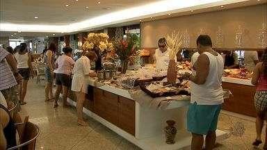 Para ter mais energia, turistas provam o verdadeiro café da manhã cearense - Tem ovos, tapioca, bolos, água de coco e frutas típicas da região.