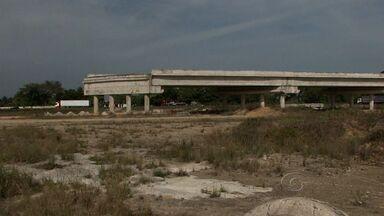 Moradores do povoado Mangabeiras ainda esperam por indenização por área de viaduto - Eles desocuparam a região para as obras de duplicação da BR 101. Construção está interrompida.