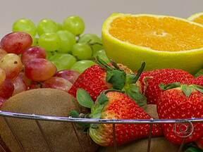 Consumir alimentos antioxidantes ajuda o organismo a eliminar toxinas - Consumir alimentos antioxidantes ajuda o organismo a eliminar toxinas e a neutralizar a ação dos radicais livres. Alguns dos alimentos antioxidantes podem ter efeito termogênico, como o gengibre, a pimenta e o chá verde.