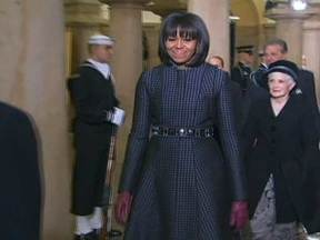 Veja no JH: Conheça um pouco mais de Michelle Obama - Jovem pega fogo após tentar acender um tipo de cachimbo com álcool. Homem joga carro na ribanceira para receber seguro. Brasileiros batem o recorde de gastos no exterior. Bienal internacional de grafite começa em SP.