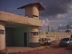 Após rebelião, 25 presos são transferidos da penitenciária Vereda Grande em Floriano-PI - Presos destruiram metades das celas de 3 pavilhões do presídio.