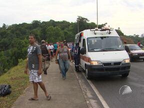 Dois policiais militares ficam feridos em acidente na Av. Paralela - por causa da chuva e da pista escorregadia, o policial que dirigia uma caminhonete perdeu o controle do veículo e caiu em uma ribanceira.