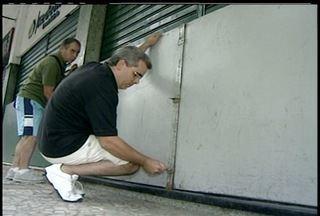 Comerciantes investem na proteção contra enchentes em Petrópolis, RJ - Objetivo é evitar prejuízos causados com as enchentes dos anos anteriores.Proprietários de lojas utilizam comportas com 1,20 m de altura.