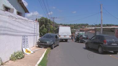 Dois carros colidem no cruzamento das ruas Puma e Assaí, em Ouro Preto, Olinda - Motorista de um dos carros não conseguiu frear a tempo, antes da curva, bateu em outro carro e ainda subiu a calçada e derrubou uma placa de trânsito.