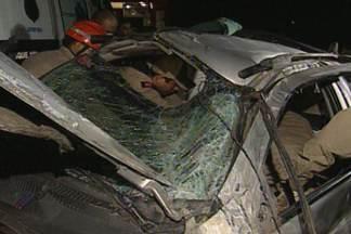 Caminhão bate em carro na BR 230 na Paraíba - O caminhão perdeu o controle após um dos pneus estourar. O motorista do caminhão ficou preso nas ferragens.